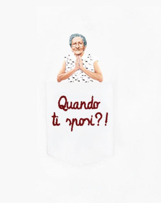"""Dettaglio della T-Shura maglietta con sciura nel taschino che chiede """"Quando ti sposi?"""" le magliette delle nonne, la frase della nonni è ricamata in bordeaux"""