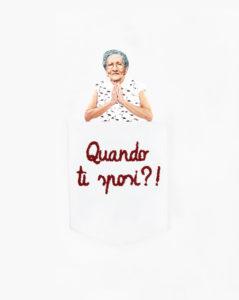 """Dettaglio della T-Shura maglietta con nonna nel taschino che chiede """"Quando ti sposi?"""" le magliette delle nonne, la frase della nonni è ricamata in bordeaux"""