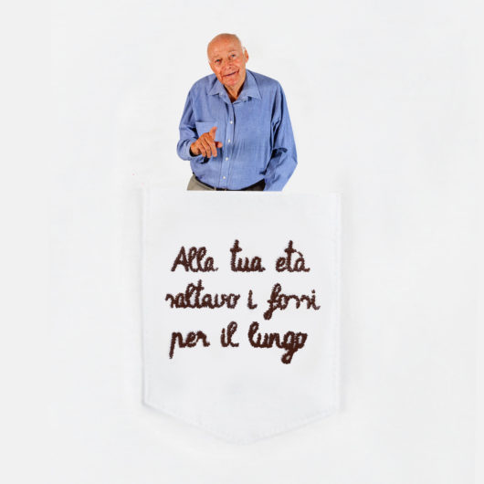 """Dettaglio della T-Shura maglietta con nonno nel taschino che dice """"Alla tua età saltavo i fossi per il lungo"""" le magliette dei nonni, la frase dei nonni è ricamata in marrone t-sciura"""