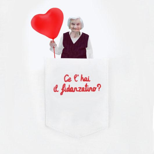 """Dettaglio della maglietta con nonna nel taschino della T-Shura """"Ce l'hai il fidanzatino?"""" le magliette dei nipoti, la frase dei nonni è ricamata in rosso t-sciura"""