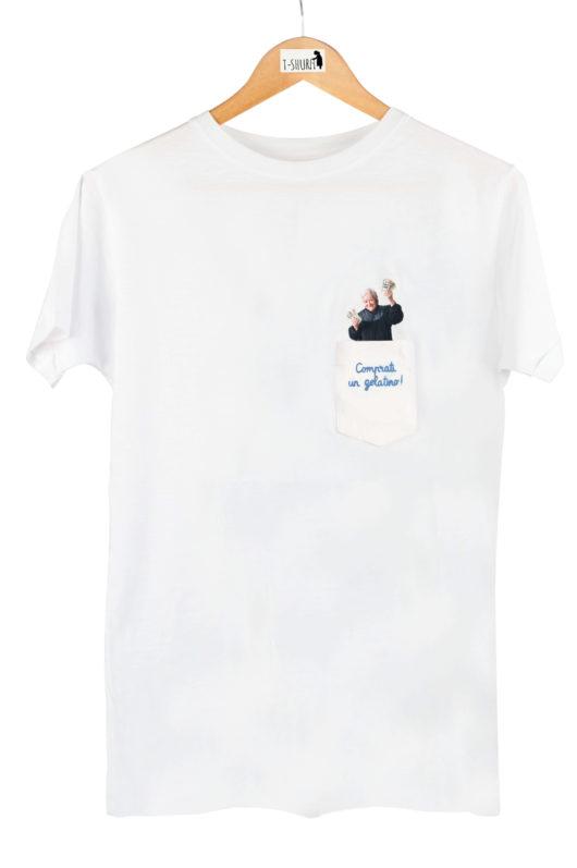 """T-Shura Uomo su gruccia, t-shirt con nonna che regala soldi mancia """"Comprati un gelatino!"""" esclamazione nonna ricamata su taschino"""
