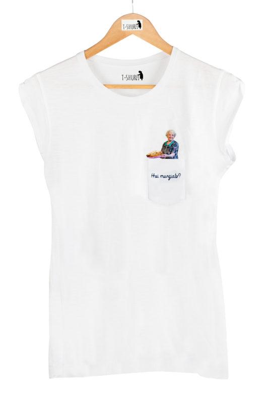 """T-Shura donna su gruccia, t-shirt con sciura che cucina e chiede """"Hai mangiato"""" esclamazione nonna ricamata su taschino"""