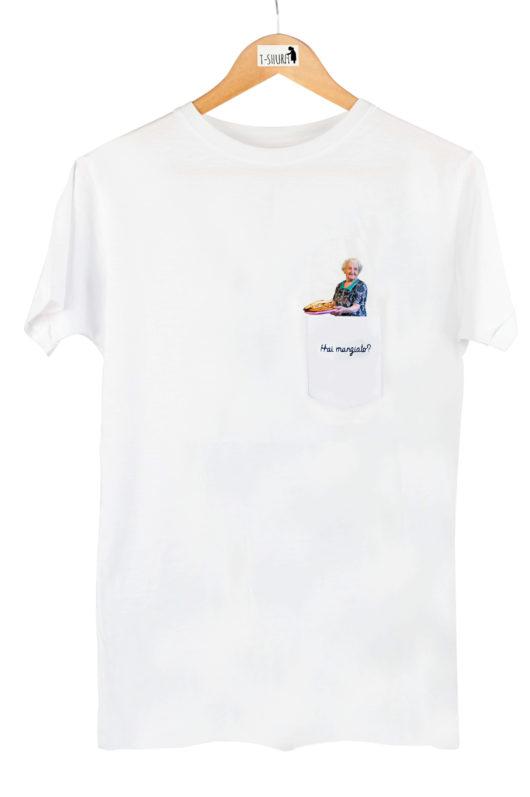 """T-Shura Uomo su gruccia, t-shirt con nonna che cucina e chiede """"Hai mangiato"""" esclamazione nonna ricamata su taschino"""
