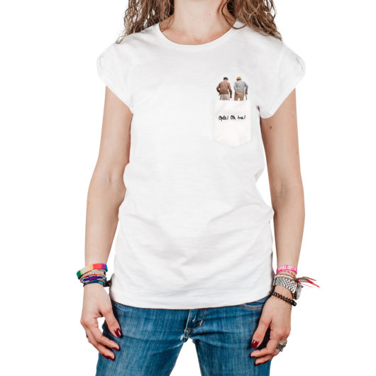 """T-Shura femmina cocca di nonna - maglietta con nonni a passeggio nel taschino Oplà! Oh Issa"""" ricamata in nero tee-shura"""