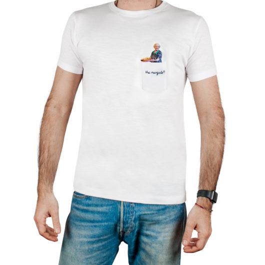 T-Shura t-shirt cocco di nonna - maglietta con frase nonna che cucina nel taschino Hai mangiato? ricamata in blu tee-shura
