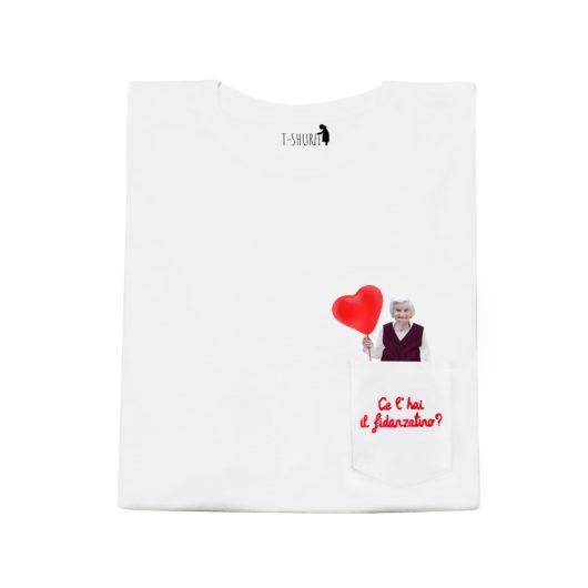 T-Shura femminile frontale - t-shirt con anziana scritta Ce'hai il fidanzatino? Ricamata in rosso su taschino