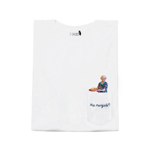 """T-Shura maglietta con nonna che cucina - t-shirt con vecchietta con cibo per nipoti che chiede """"Hai mangiato?"""" Frase ricamata in blu su taschino"""