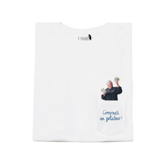 T-Shura maglietta nonna frontale - t-shirt con vecchietta con mancetta scritta Comprati un gelatino Frase ricamata in azzurro su taschino delle magliette dei veri Cocchi di Nonna