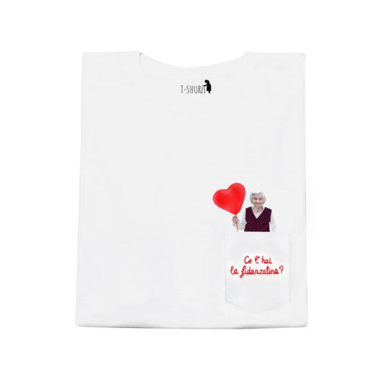 T-Shura maschile frontale - t-shirt con anziana scritta Ce'hai la fidanzatina? Ricamata in rosso su taschino