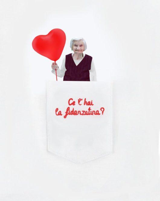 """Dettaglio della T-Shura maglietta con nonna nel taschino che chiede """"ce l'hai la fidanzatina?"""" le magliette delle nonne, la frase della nonna è ricamata in rosso"""