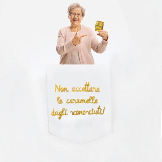 """Dettaglio della nonna nel taschino della T-Shura Limited Edition Pastiglie Leone """"Non accettare le caramelle dagli sconosciuti!"""" le magliette dei nipoti, la frase dei nonni è ricamata in oro"""