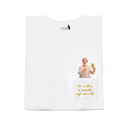 T-Shura maschile e femminile frontale per collaborazione Pastiglie Leone - t-shirt con nonna scritta Non accettare le caramelle dagli sconosciuti ricamata in oro su taschino