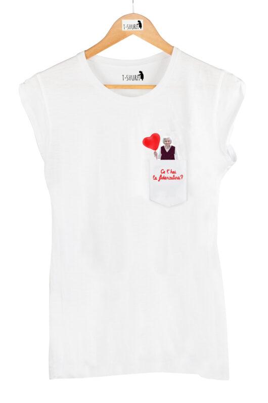 """T-Shura donna su gruccia, t-shirt con anziana chiede """"Ce l'hai la fidanzatina?"""" ricamo rosso"""